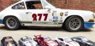 Uno de los Porsche de Magnus Walker a tamaño real junto a las cinco miniaturas de la colección - SoyMotor