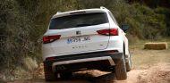 El Seat Ateca levanta 'la patita' en un camino de tierra - SoyMotor