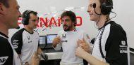 Fernando Alonso en su box - LaF1.es