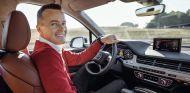 Marcel Fässler posa en el interior del Audi Q7 e-tron con asistente predictivo de eficiencia - SoyMotor