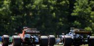 Alonso y Palmer durante un GP esta temporada - SoyMotor.com
