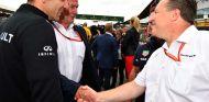 Cyril Abiteboul, Helmut Marko y Zak Brown en Silverstone - SoyMotor.com