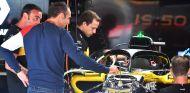 Cyril Abiteboul junto al RS18 en Barcelona - SoyMotor.com
