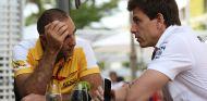Cyril Abiteboul y Toto Wolff en Marina Bay - SoyMotor.com