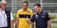 Cyril Abiteboul (centro) de Renault, conversa con los jefes de Red Bull – SoyMotor.com