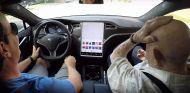 Abuelo en Tesla - SoyMotor.com