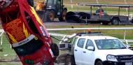 Un coche se sale de pista y golpea una furgoneta con operarios dentro