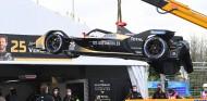 La grúa deja el coche de Vergne en boxes tras su accidente con Turvey - SoyMotor.com