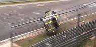 El vehículo de alquiler perdió el control y cruzó la pista por los aires - SoyMotor.com