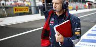 Adrian Newey en el pit lane de Monza - LaF1