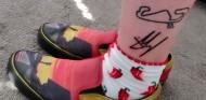 Una aficionada convierte la firma de Carlos Sainz en tatuaje - SoyMotor.com
