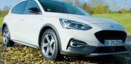Agarre sobre las hojas caídas en la carretera - SoyMotor.com