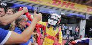 Alesi saluda a sus mecánicos tras conseguir la tercera victoria del año - SoyMotor