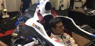 Alex Palou en coche con el que Carlos Sainz ganó las World Series - SoyMotor.com