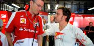 James Allison conversa con Fernando Alonso en el box de Ferrari - LaF1