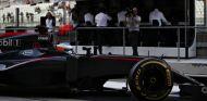 Limpio de patrocinadores, así terminó McLaren su temporada en Abu Dabi - LaF1