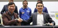 Fernando Alonso y representantes de Yi Qian Communications y Alibaba Cloud - SoyMotor.com