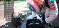 Fernando Alonso se baja de su McLaren en la Q1 de Bélgica - LaF1
