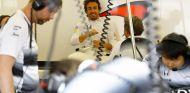 Fernando Alonso en el box de Bakú - LaF1