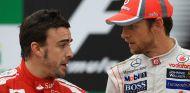 Fernando Alonso y Jenson Button en el podio del GP de Brasil 2012 - SoyMotor.com