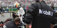 Alonso en la parrilla del GP de Canadá, donde acabaría abandonando al igual que Button - La F1