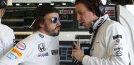 Fernando Alonso hablando con un ingeniero durante el GP de Canadá - LaF1