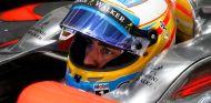 Fernando Alonso en su garaje - LaF1.es