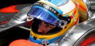 Fernando Alonso con el casco puesto dentro del coche - LaF1.es
