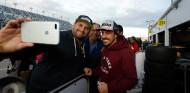 Fernando Alonso, con fans en Daytona - SoyMotor.com