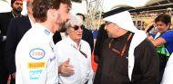 Fernando Alonso y Bernie Ecclestone en Baréin - SoyMotor.com