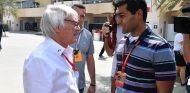 Bernie Ecclestone charla con Karun Chandhok en Baréin - SoyMotor