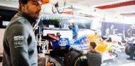 Fernando Alonso en el box de McLaren - SoyMotor