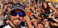 Fernando Alonso se retrató con los aficionados que se acercaron a Montmeló - LaF1