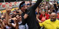 Alonso con aficionados durante el GP de España - SoyMotor.com