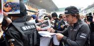 Fernando Alonso atiende a los aficionados chinos en Shanghái - SoyMotor.com