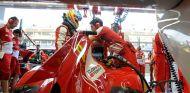 Fernando Alonso en el box de Ferrari en Singapur - LaF1
