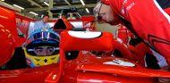 Fernando Alonso en el box de Ferrari - LaF1
