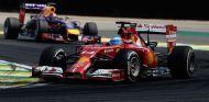 Fernando Alonso en Interlagos, justo delante de Sebastian Vettel - LaF1