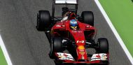 Fernando Alonso a bordo de su Ferrari en Montmeló - LaF1