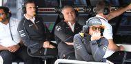 Fernando Alonso en el muro de McLaren en Sochi - SoyMotor.com