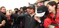 Fernando Alonso durante una sesión de autógrafos con los aficionados en Shanghái - SoyMotor.com