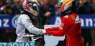 Fernando Alonso, en Ferrari, saluda a Lewis Hamilton - LaF1.es