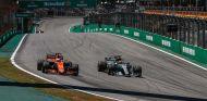 Fernando Alonso y Lewis Hamilton en Brasil - SoyMotor.com