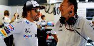 Fernando Alonso y Yusuke Hasegawa en el box de McLaren-Honda - SoyMotor