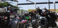 Fernando Alonso haciendo un pit stop durante la carrera de Hungría - LaF1