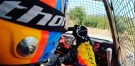 Alonso se divierte entrenando con un kart cross en tierra  - SoyMotor.com