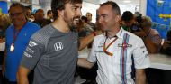 Alonso y Lowe durante un GP esta temporada - SoyMotor.com