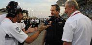 Fernando Alonso, Paul Monaghan y Helmut Marko en Baréin - SoyMotor.com