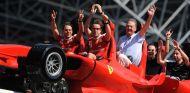 Fernando Alonso y Felipe Massa en el Ferrari World de Abu Dabi