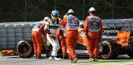 Fernando Alonso, fuera de su MCL32 tras la avería de los Libres 1 - SoyMotor